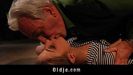 Vovô foi atraído pelo sua neta e fodeu gostoso com ela