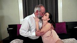 Avô tarado abusando da sua neta novinha