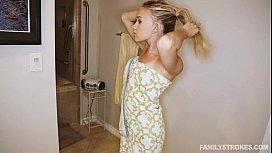 Irmã loira fazendo sexo com o seu irmã no banheiro