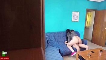 Močnejša punca z veliko ritjo skrije kamero in posname kako fuka s prijateljem