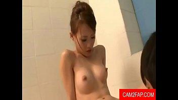 หนังเอ๊ก Clip ญี่ปุ่นอุ่น ๆ รักนอนแช่น้ำร้อนในอ่างสบายใจหลังจากกลับจากทำงาน เมียสาวแสนสวยก็บริการให้ถึงที่