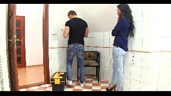Milfica fuka z vodovodarjem v kopalnici med tem, ko je njen mož za vrati