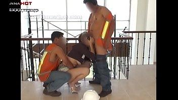Danna hot comiendo 2 vergas de trabajadores de la construcción