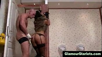 Fuk z glamurozno prostitutko na javnem stranišču