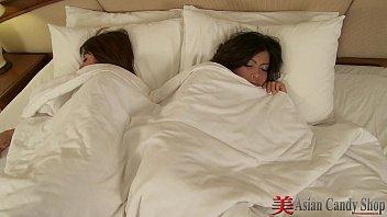 หนังx สองสาวพี่น้องนอนเย็ดหีกันอยู่ในห้องช่างเป็นเลสเบี้ยนที่เหมาะสมกันมากจริงๆ