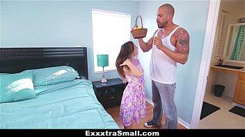 Девки щупают яйца парня