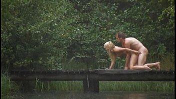 คลิ๊ปเสียว หนุ่มสาวพักร้อน แก้ผ้าเย็ดกันกลางแจ้งในป่าบนสะพานข้ามแม่น้ำ ฝนตกไม่หวันเย็ดกันกลางสายฝนเลย