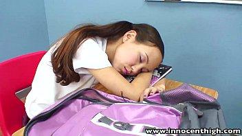 คลิ๊ปโป๊ คลิปx หนังโป๊ฝรั่งสาวนักเรียนนั่งหลับครูเลยเอาควยให้โมกและจับเย็ดตื่นเลยครับเด็ดมากๆเลยครับ