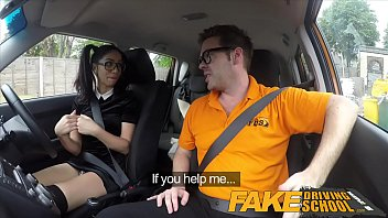 Učitelj vožnje z velikim tičem je znan po tem da pofuka vroče kandidatke