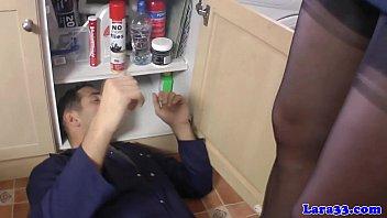 Odrasla ženska pokliče serviserja da popravi njeno pičko