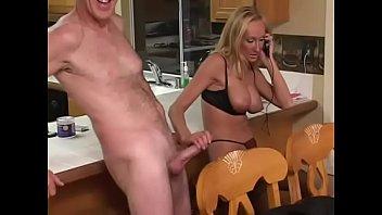 Vroča blond milfica fuka s prijateljem za sex v kuhinji svoje hiše