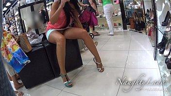 Punca kaže svojo rit in muco v nakupovalnem središču