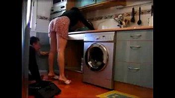 Moça safada mostrando a calcinha para encanador