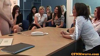 หนังโป๊ หนังโป๊ ปิดห้องประชุมเรียกพนักงานสาวมาดูควยเจ้านาย