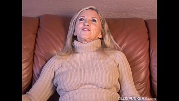 Super sexy older lady plays with he..