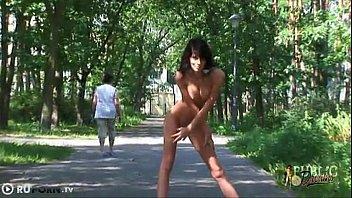 Gata nua na rua