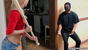คลิปxฟรี หนังโป๊HDเรื่องไอ้โจรหื่นบุกบ้านสาวสวย เกือบโดนตีหัวแต่ได้ควยใหญ่มาช่วยชีวิตไว้