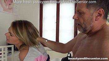 Vroča punca zapelje starejšega moškega v fuk