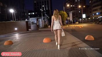 Mlada punca se sleče na ulici za neznanca