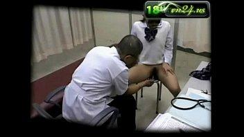 หนังเอ๊ก หมอสุดหื่นตรวจนักเรียนขึ้นเตียงแหย่หี ครางลั่น ขยำนมเต็มมือเลย
