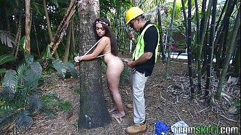 Se Leaga De Un Copac Si Asteapta Sa Fie Penetrata De Cineva