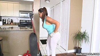 Vroča hišna pomočnica dobi dodatno plačilo, da čisti v spodnjem perilu