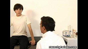 คลิปx คลิปเกย์ คุณหมอครับผมปวดท้อง ผมอยากลองเข็มคุณหมอ ช่วยฉีดยาให้ผมที เข็มแท่งใหญ่อย่างนี้คงเสียบเสียวน่าดู