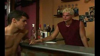คลิ๊ปโป๊ คลิปx หนุ่มบาร์เบียร์ควยใหญ่เวอร์นั่งกินเหล้าแล้วมันเงี่ยนมีอารมย์เลยจัดเซ็กแบบสวิงกิ้งเสียวๆคาร้าน