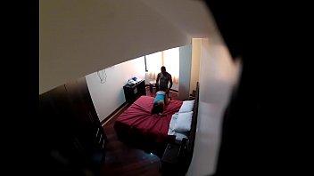 Mož skrije kamero v spalnici in zaloti ženo, katero obdeluje tip z ogromnim tičem
