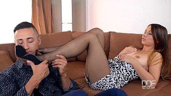 Fuk z vročo rjavolaso punco v najlonskih nogavicah