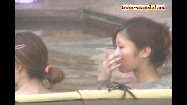 元ヤン系の美女達が露天風呂で仲良くはしゃぐ様子を盗撮!スレンダーボディ見放題!
