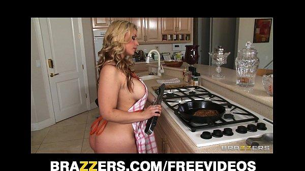 Mamãe pelada fazendo meu almoço para mim comer ela bem gostoso