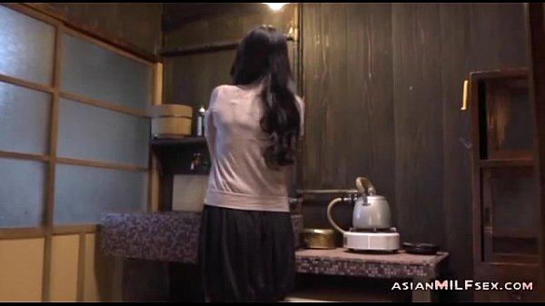 สาวใหญ่อยู่บ้านคนเดียวเกิดอารมเงี่ยนตกเบ็ดช่วยตัวเองจนน้ำแตก- 7 min