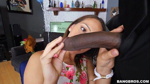 Imagen de Una chica curiosa quiere saber que tan grande es una macana negra y quiere probar si le cabe toda en la boca