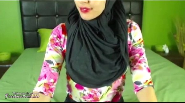 Real hijab arab masturbates her arabic pussy on webcam