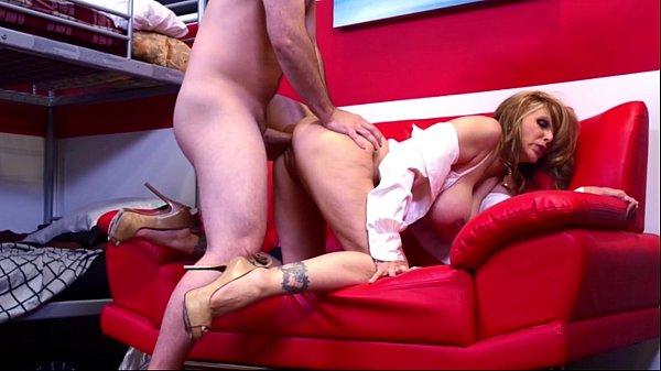 Videos de Sexo He can stay if he fucks julia ann good