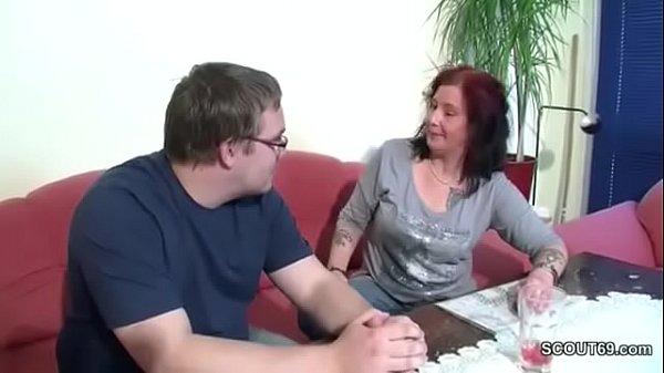 Mutti zeigt nerd stiefsohn wie richtig gefickt wird vor date