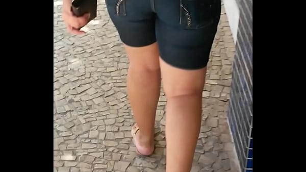 Seguindo rabuda bermuda jeans pelas ruas da cidade