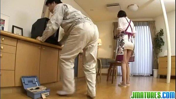 สาวใหญ่โครตร่านยั่วช่างซ่อมทีวีจนได้เย็ด เงี่ยนจัดเลยโดนช่างจับเย็ดซะ- 8 min