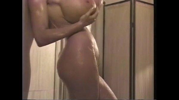 Gostosa de seios enormes tomando banho