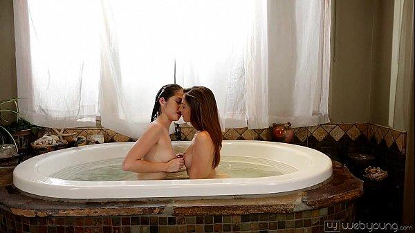 Novinhas deliciosas na banheira fazendo amor gostoso