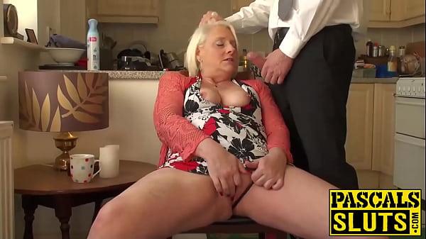 Britisk moden blondine bedstemor Carol fingrer hendes våde fisse - Xnxx-2686