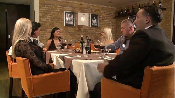 E Doar O Tarfa Care Face Sex In Baia La Restaurant Cu Sotul Acolo