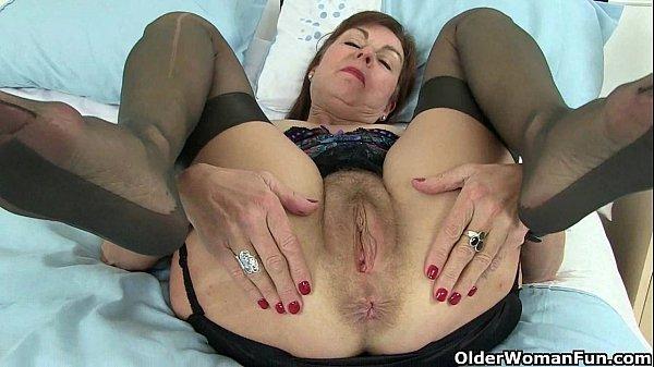Britisk bedstemor Amanda og hendes sexlegetøjssamling - Xnxxcom-4385