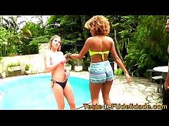 Troca troca na beira da piscina com safadas