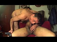 Gay ερασιτεχνικό σεξ βίντεο. Ζευγάρι γλύφει πούτσο και γαμιέται πισωκολλητό