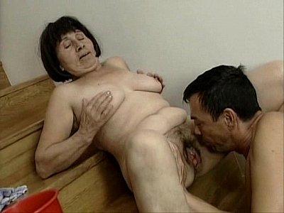hombre penetrando a una mujer virgen