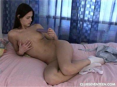 Sexy morena adolescente mierda consolador en el dormitorio