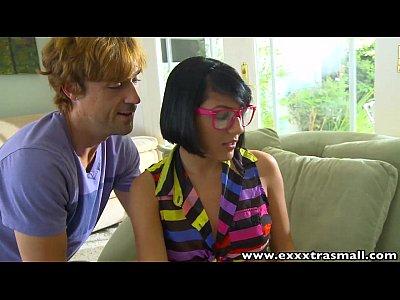 Exxxtrasmall follando con un sexy nerd petite latina adolescente
