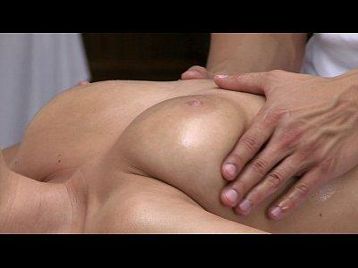 orgasmos joven y hermosa chica tiene su cuerpo sexy masaje y feliz por chico caliente